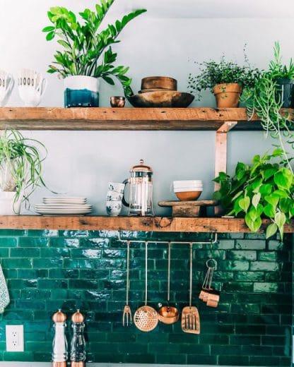 Holzküche, Metallic-Küchenwand in Grün