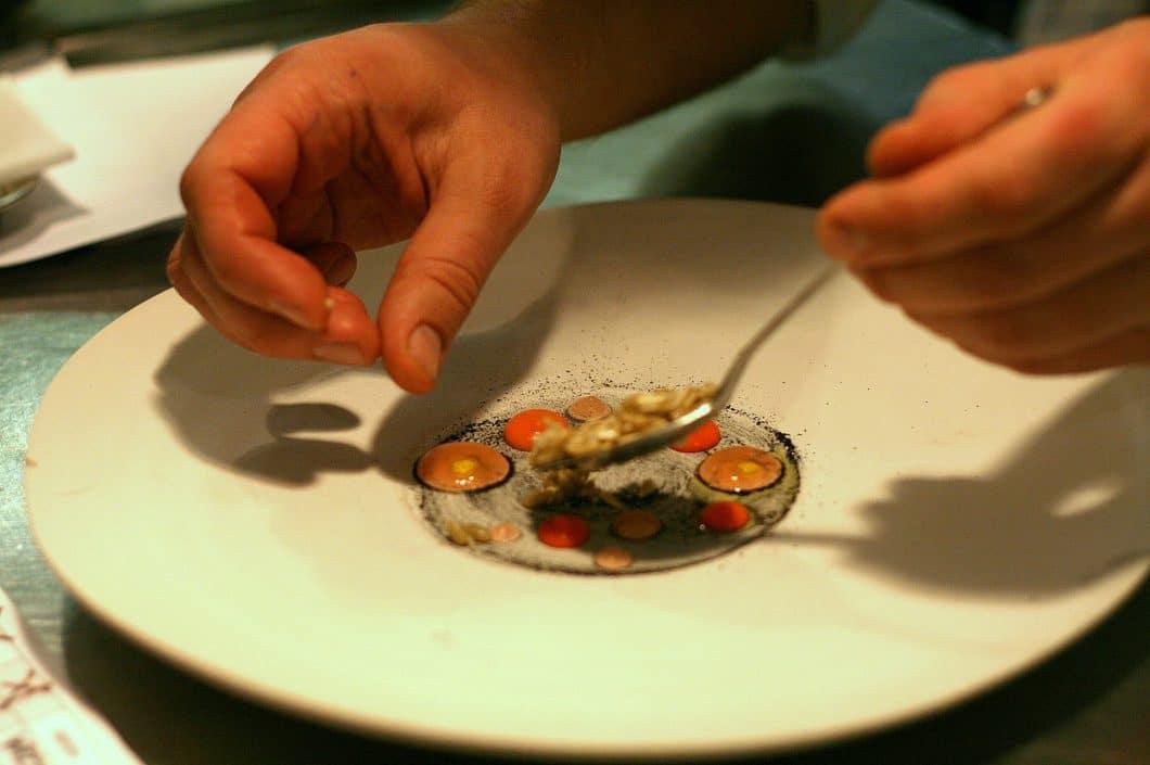 Atelier Amaro Polen, Anrichten einer Speise