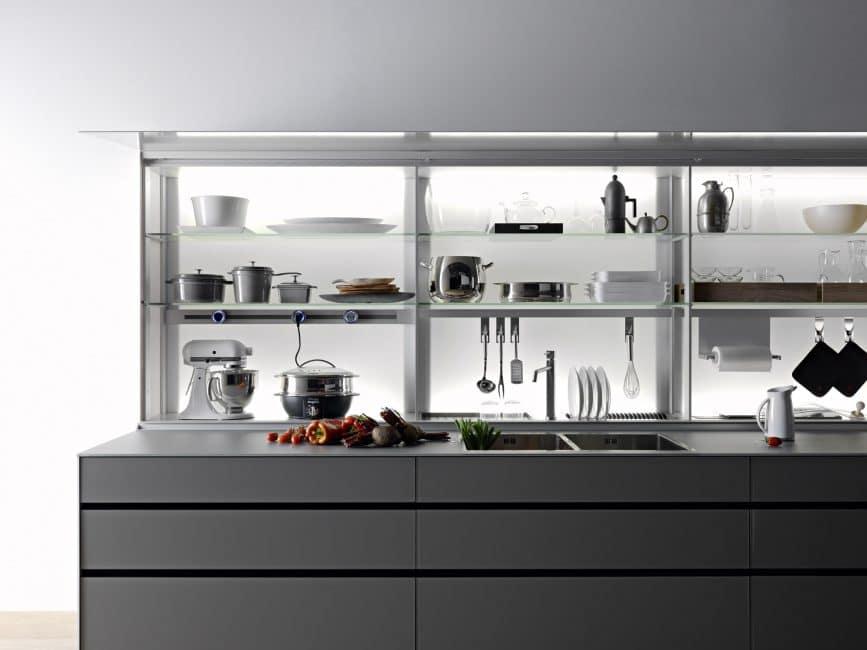 Große, offene Regale als Oberschränke - die Küche als moderne Vitrine. Küche: Valcucine, Artematica, Italien.