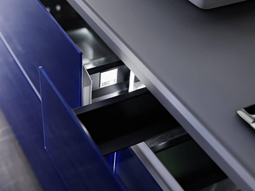 Gehärtetes Glas und leichte Aluminiumflächen mit Holzrahmen definieren diese edle Küche der Artematica-Reihe. Küche: Valcucine