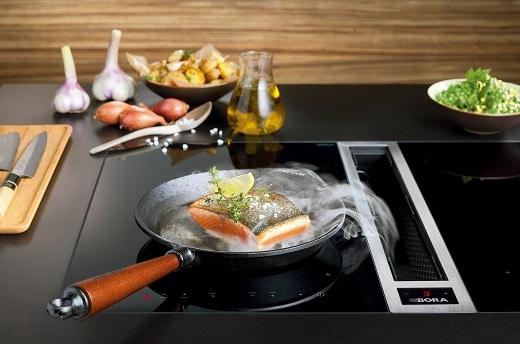 BORA bietet verschiedene Kochfeldabzüge an, die den Dunst sofort da abziehen, wo er entsteht.