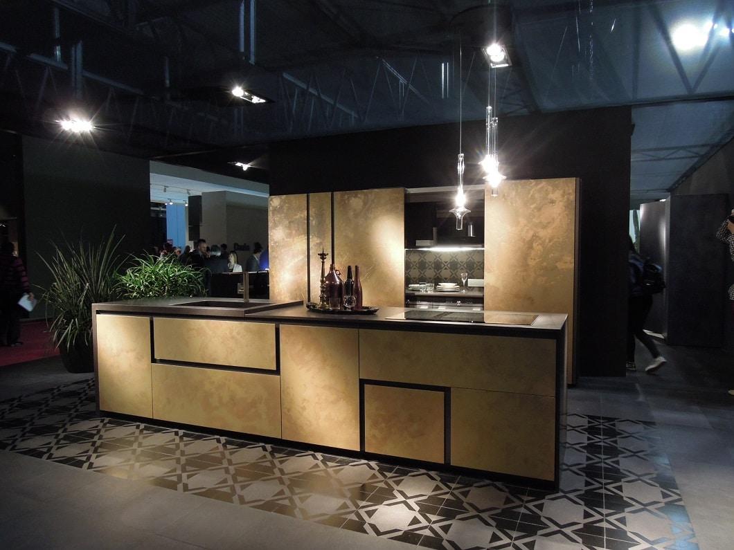 In Gold und Goldocker lackierte Fronten werden zum Trend. Die grifflosen Schränke lassen die Küche anmutig und federleicht wirken. (Foto: Axel Schaffer)