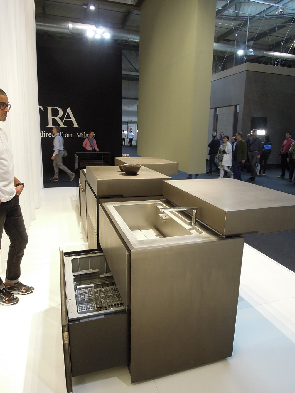 Intelligenten Stauraum schafft dieses Modell: Sowohl Geschirrspüler als auch Spüle können innerhalb der Kücheninsel versteckt werden. (Foto: Axel Schaffer)