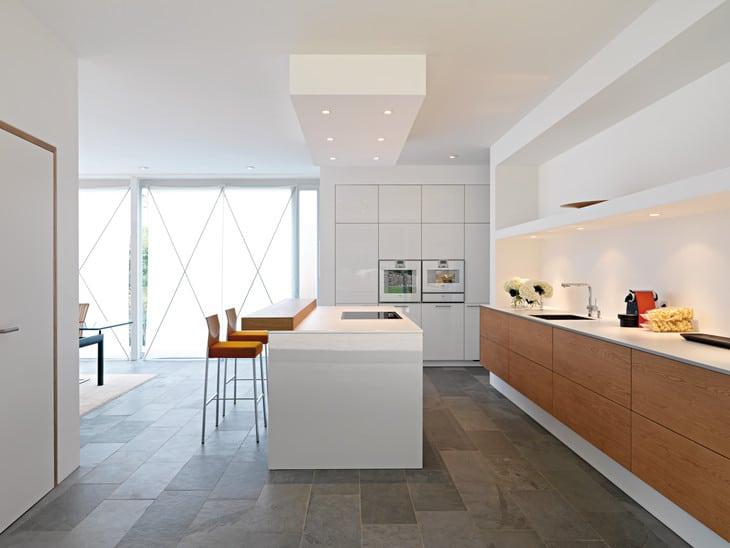 Eine individuelle Küche mit warmem Holztresen in einem Privathaus in Karlsruhe. Küche: Leicht, Deutschland.