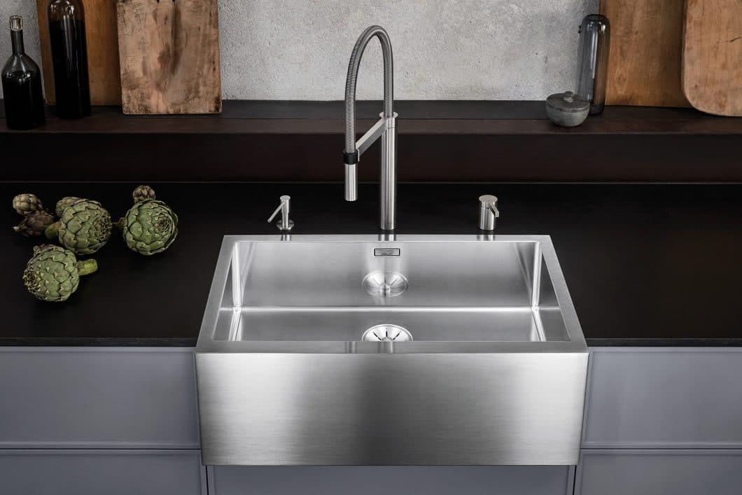 Der erste Spülstein aus Edelstahl, BLANCO Cronos XL 8, verbindet den romantischen Landhausstil mit einem industriellen Purismus - ein wahrer Hingucker. (Foto: BLANCO)