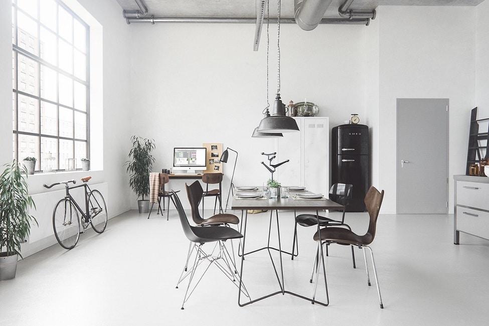 Schwarzes Metall, Schlichte Ausführung: Eine Moderne Ausführung Des  Industrial Styles, Sowohl In Den Küchenmöbeln Als Auch Der Esszimmerecke.