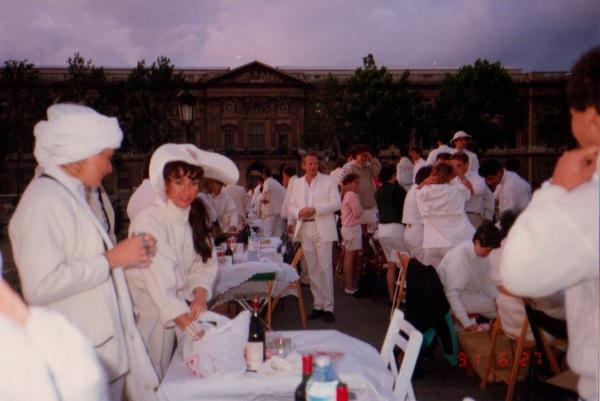 """(14) Bemerkenswert schick waren sie damals schon, die Pariser. """"Das Dîner en blanc"""" 1991 in Paris. (Foto: dinerenblanc.info)"""