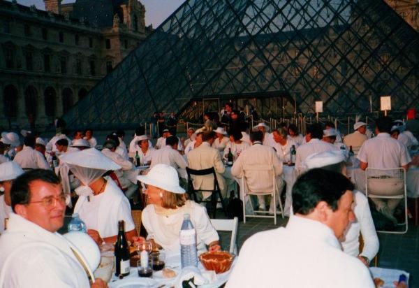 """(13) Übrigens, back to the roots: Diese Bilder beweisen, dass es in Paris bereits 1990 öffentliche """"Dîner en blanc"""" gab. Und beneidenswert schick waren sie damals schon, die Franzosen. (Foto: dinerenblanc.info)"""