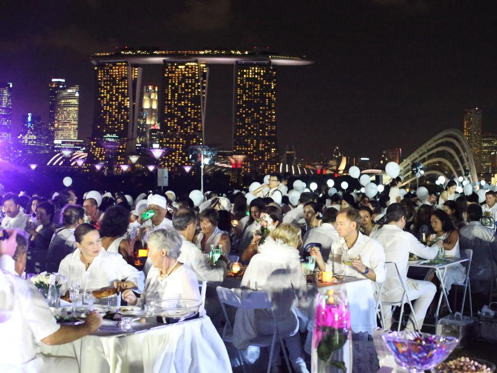 (08) In Singapur leuchtet vor allem die beeindruckende Kulisse des Luxushotels Marina Bay Sands. (Foto: dinerenblanc.info)