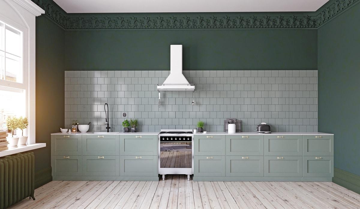 Das Foto zeigt, wie ausdrucksstark eine einzelne Küchenzeile in Szene gesetzt werden kann. Das Spiel mit mintgrüner und dunkelgrüner Farbe sowie zarten Rahmenfronten vermitteln einen minimalistisch-skandinavischen Stil. (Foto: Stock Adobe/victor zastol'skiy)