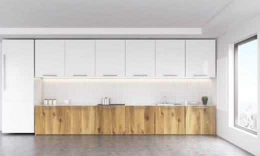 Beton wird, entgegen aller Erwartungen, warum und wohnlich, wenn er mit einer modernen Küche kombiniert wird - in diesem Fall mit holzvertäfelten Fronten und schneeweißen Oberschränken.