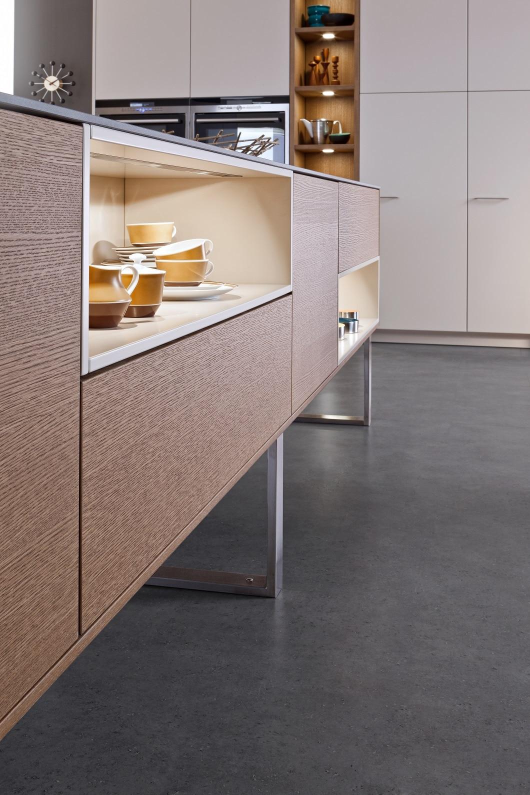 In einer Kücheninsel findet sich nicht nur Stauraum, sondern auch Platz zum Präsentieren - zum Beispiel von besonders schönem Geschirr, Vasen, Pflanzen oder Lebensmitteln. (Foto: Leicht, Classic FS Topos)
