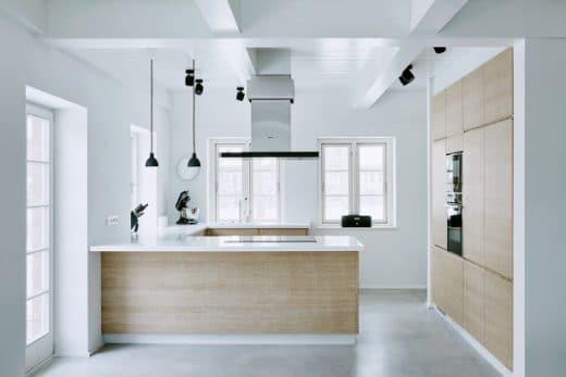 Bildet Einen Warmen Hingucker In Der Kühlen Wohnung: Die Küche Aus  Gekalkter Eiche, Mit