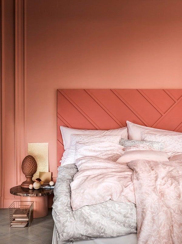 H&M Home, Marcus Lawett, rotes Bett, Farbnuancen