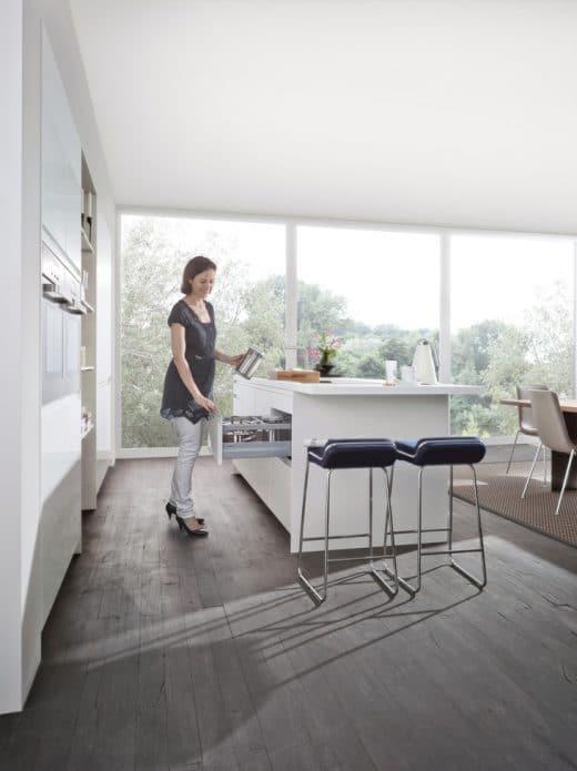Zwischen Kücheninsel und Küchen(schrank-)wand sollte immer genug Platz für Bewegungsfreiheit, Schubladenauszug oder mehrere kochende Personen sein. (Foto: Leicht, Orlando-K Pur-FG-K)