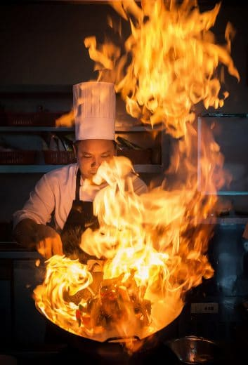 Heiß und fettig: Nicht nur bei Profis, sondern immer öfter auch bei Hobbyköchen wird das Maximale aus den Kochkünsten herausgeholt. (Foto: Ricky Chau)