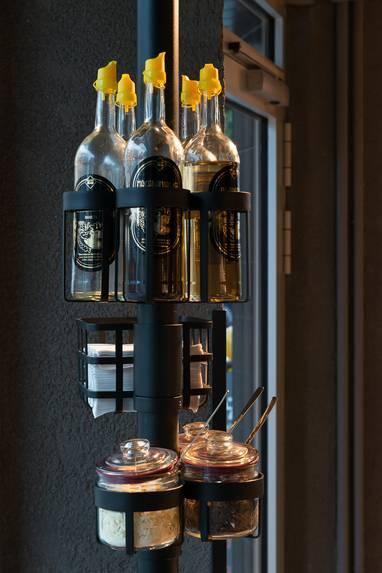 Auch kleinere Details wie der Zucker-, Servietten-, und Olivenölspender wurden in rustikalem schwarzem Stahl designt. (Foto: Stefan Wolf Lucks)