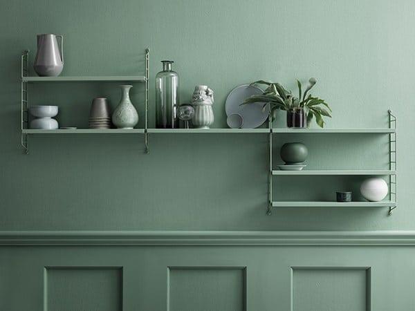 Grünes Regal des schwedischen Regalsystem-Herstellers String auf grüner Küchenwand - mit grünen Accessoires. Einfach, zeitlos, schön. (Foto: String)