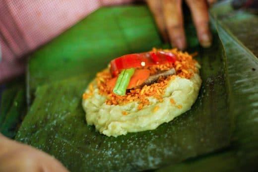 Tamals, in Bananen- oder Maisblättern gedämpfte Maisfladen mit deftiger Füllung. (Foto: ticotimes)