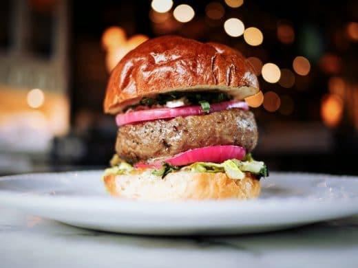 Selbst Fast Food wird heute sorgfältig und mit erlesenen Zutaten vorbereitet und abgeschmeckt - Burger goes Gourmetrestaurant. (Foto: Toronto Eaters)