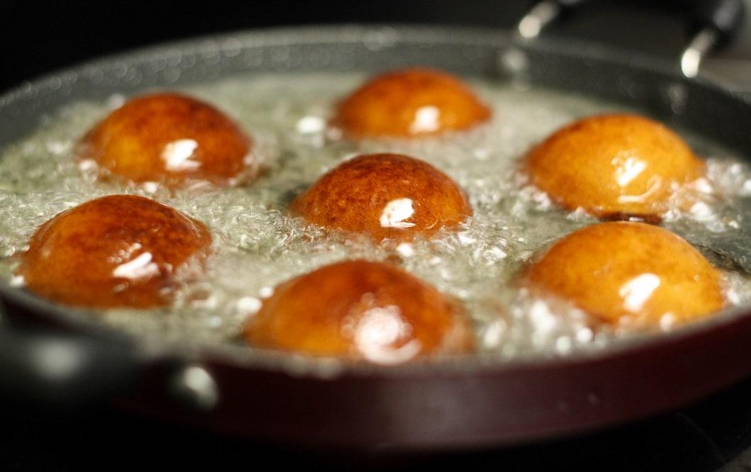 Eine Pfanne mit speziellen Aushöhlungen lässt die Appam Patras in Form kommen und goldbraun ausbacken. (Foto: Golden Secret Recipes)