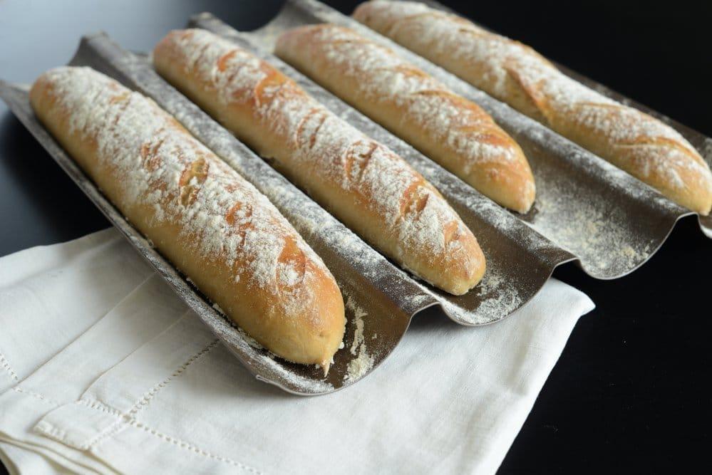 Auch für das berühmte französische Baguette gibt es erstaunlicherweise spezielle Backbleche. (Foto: Aurelie Bastian)