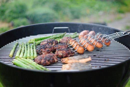 Würstchen, Fisch, Steaks und Gemüse: Jeder grillt gerne. Und für jeden sollte auch der perfekte Dip dabei sein. (Foto: Declan Rex)