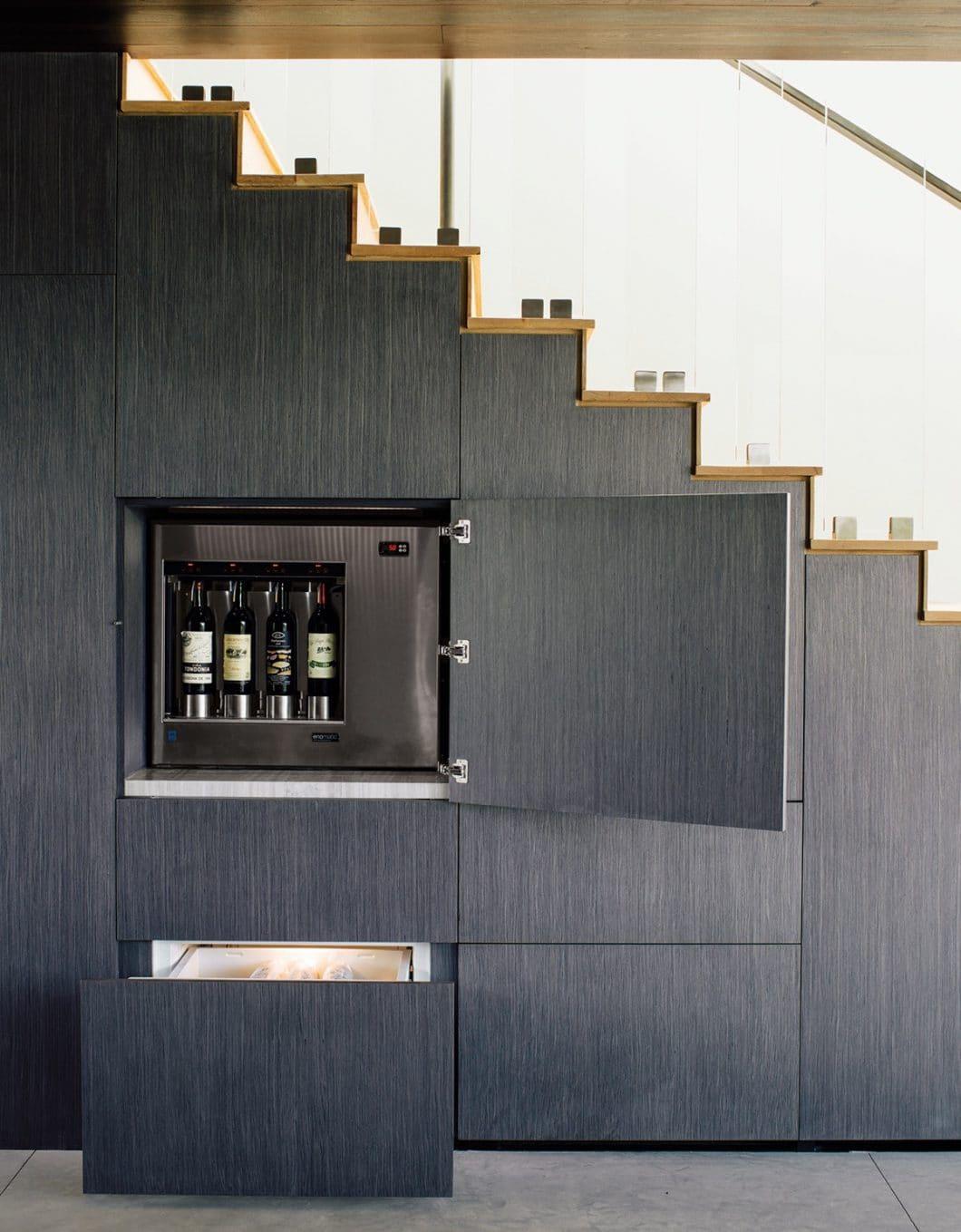 """Apropos """"unter der Treppe"""": Auch in unscheinbaren Treppengeländern können sich gut gelagerte Geheimnisse verstecken. Wetten? (Foto: via dwell)"""