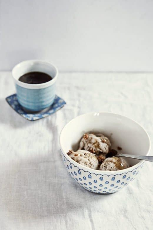 Selbstgemachtes Eis, Karamell-Sauce, einen tiefschwarzen Kaffee: Die Nachmittagspausen im Sommer gefallen uns. (Foto: Neha Deshmukh)