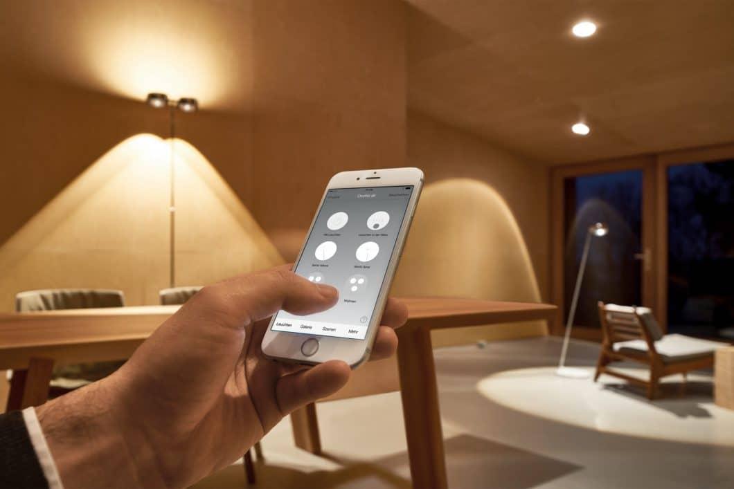 Mit der Occhio Air-App lassen sich alle Leuchten im Haus verbinden, zeitgleich aussteuern oder einzeln von der Ferne aus regulieren. (Foto: Occhio)