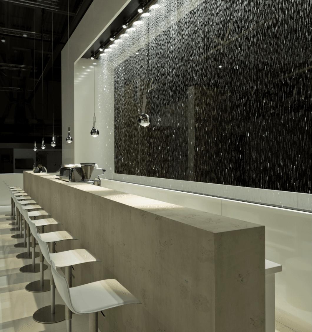 Stimmungsvolles Licht oder Showroom: Im öffentlichen Raum kann die wie von Zauberhand gelenkte Dimmfunktion besonders effektiv eingesetzt werden. (Foto: Occhio)