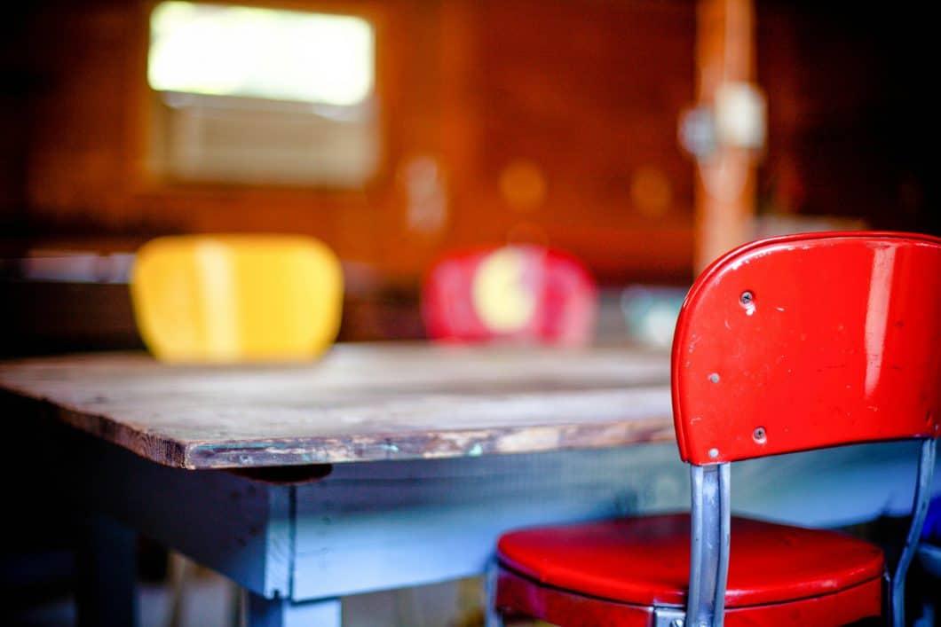 Bunter Esstisch, bunte Stühle, zusammengewürfelt und vom Flohmarkt - aber glücklich und voller Geschichten. (Foto: stocksnap)