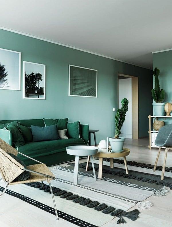 Wenn Grün die Farbe der Hoffnung ist, wird dieses wundervolle schwedische Wohnzimmer der neue Altar. Grün-Nuancen wohin das Auge blickt - kühl und doch wohnlich. (Foto: Kristofer Johnsson; Folkhem)