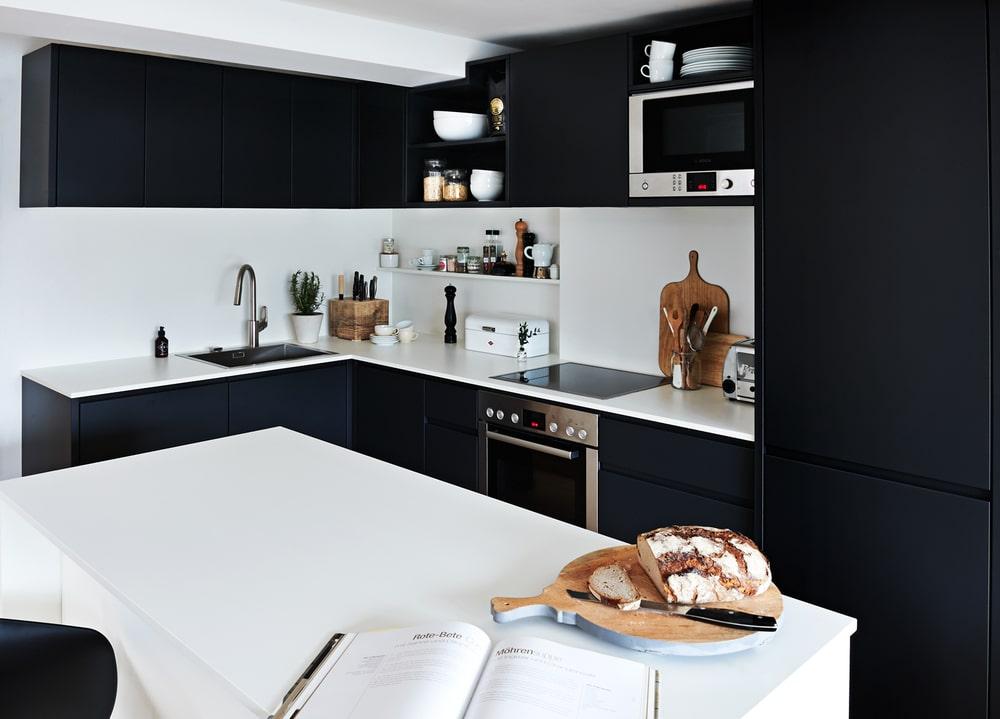 Foto: Stefanie Bütow Fotografie. schwarze Küche, Huus 11, OPEN RUUM