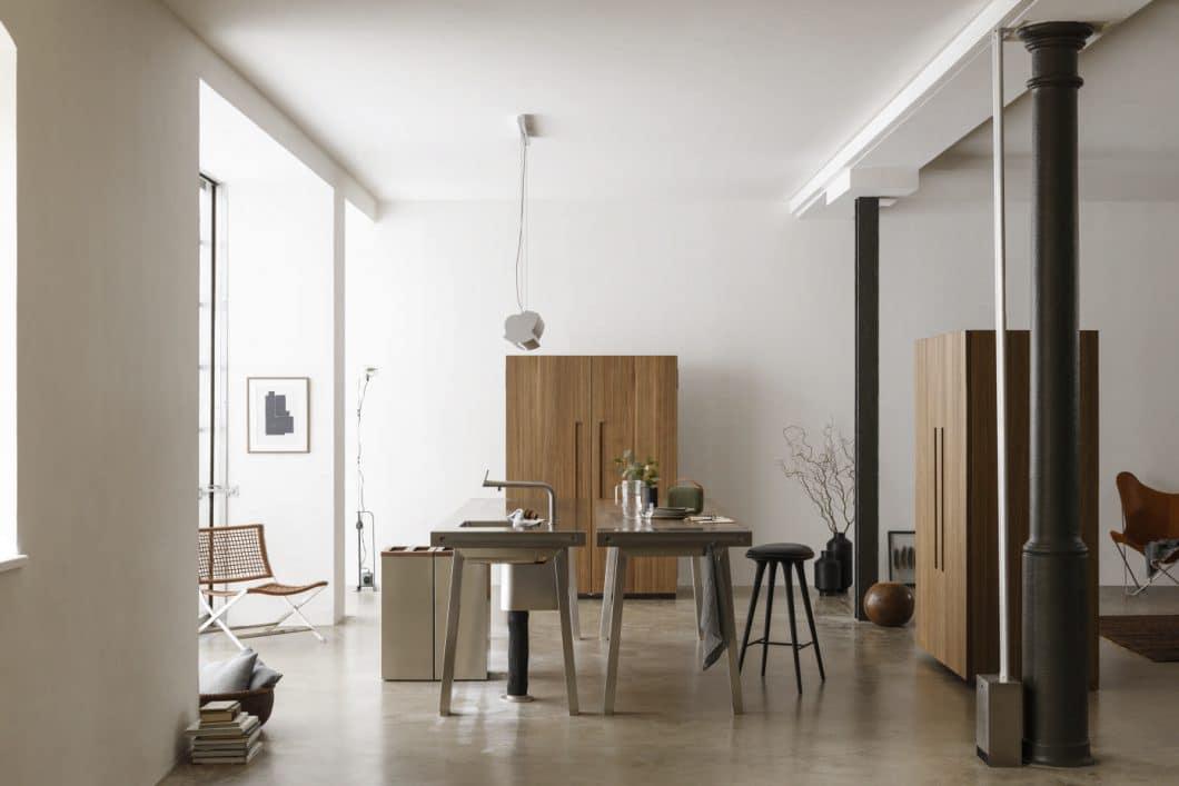 bulthaup ist ein Meister der versteckten Küchen: Die Linie b2 zeigt mit ästhetisch schönen Linien und hochwertigem Holz, wie schön eine Küche verpackt werden kann. (Foto: bulthaup)