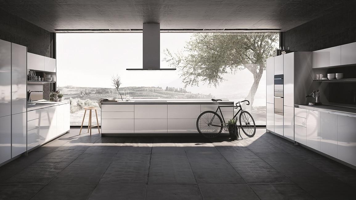 Sportlich, leicht und elegant zugleich: Diese Küche bietet nicht nur die perfekte Statur, sondern auch einen wunderschönen Ausblick. (Küche: PURE, SieMatic)