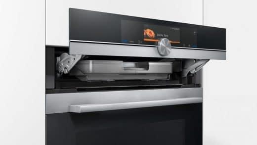 Sehr beliebt ist bei Neuanschaffung einer Küche die Kombination aus Dampfgarer und Backofen: Speisen werden darin schnell und sehr schonend zubereitet. Bei einigen Geräten gibt's sogar schon Rezeptvorschläge (Foto: Siemens, iQ 700 Dampfbackofen)