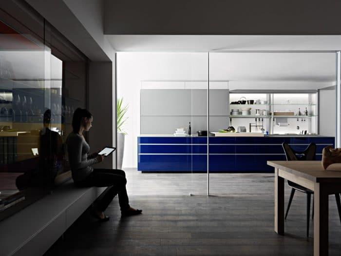 Ein ultramarinblauer Hingucker wie die Artematica New Logica von Valcucine ist mit Materialien aus gehärtetem Glas ein echter Ferrari unter den Küchen, bedarf aber auch genügend Platz und Freiraum, um den Raum nicht zu überwältigen. Küche: Valcucine)