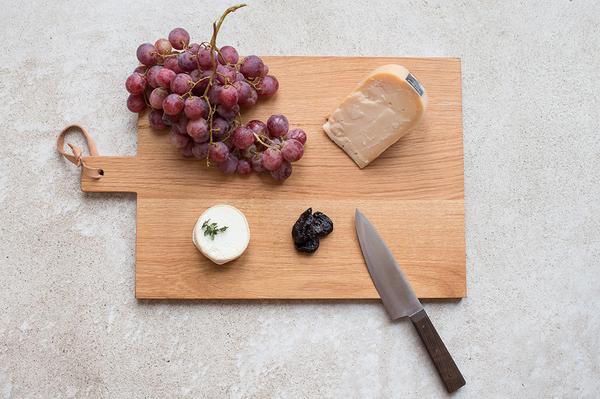 Die Brotzeitbretter sind handgefertigt und schon allein optisch ein hübsches Schmankerl in der Küche. (Foto: buchholzberlin)