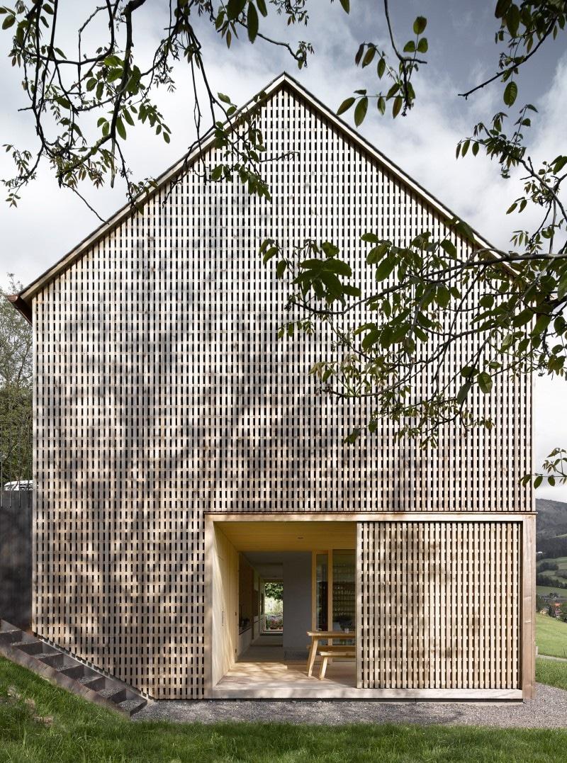 Schiebeläden aus Holz sorgen dafür, dass aus den großen Räumlichkeiten schnell eine luftige, überdachte Veranda wird. (Foto: Adolf Bereuter)