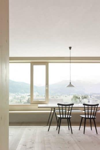 Ein traumhafter Blick aus den hellen Panoramafenstern. Auf den Sitzbänken in der offenen Küche verweilt man gerne länger. (Foto: Adolf Bereuter)