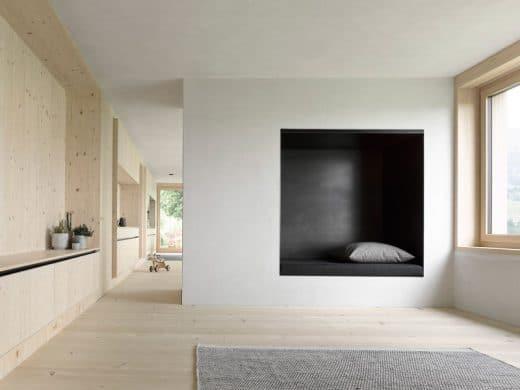 Zwischen Wohn- und Küchenraum dient der eingebaute Ofen als Raumtrenner, Anheizer und Sitzecke zugleich. (Foto: Adolf Bereuter)