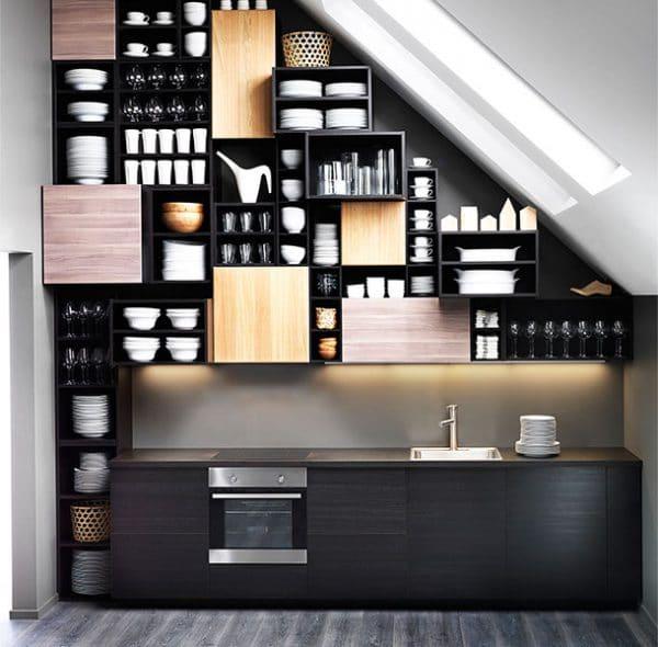 Ein cleveres Verstauungs-System kann eben auch ein Interieur-Hingucker sein: So baut IKEA sein Metod-Küchensystem in Dachwohnungen ein. (Foto: IKEA)