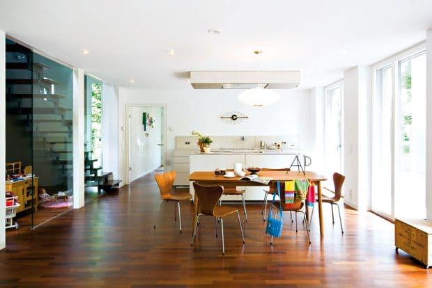 Kochen, Essen und Wohnen auf 50 qm² im Hauskasten: Florian Kunzendorf von Lignotrend hat dennoch ein helles Loft dafür geschaffen.