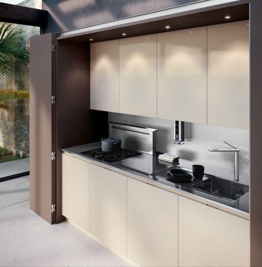 """Das Modell """"Metamorphosis"""" von Linea Quattro ist ein wahrer Verwandlungskünstler: Hinter dem dezenten Wohnzimmerschrank verbirgt sich eine hochwertige Küchenausstattung. (Foto: archiexpo)"""