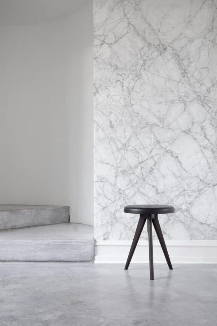 "Täuschend echt: Das Marmor-Wallpaper wirkt wie eine reale hochwertige Wandfassade. Wallpaper ""Marble"", muralswallpaper.co.uk"