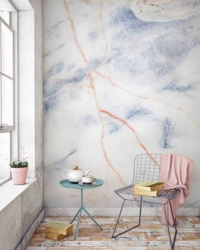 """Schon wieder diese fantastische Marmor-Wand - sie veredelt den Raum, ohne unterkühlt zu wirken. Wallpaper """"Marble Blue & Bronze Print"""", muralswallpaper.co.uk"""