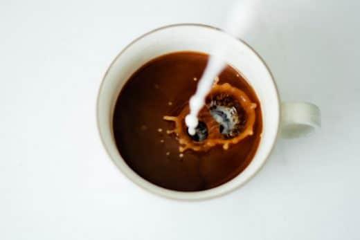 Haushaltstipp 3: Mineralwasser gegen Kaffee. Foto: Sonja LAngford, Coffee, Milk, Kaffee