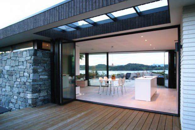 Einmal vom Garten durch die Küche in den See springen: Tommie Wilhelmsens Hytte Gravem aus 2012 ist ein Traum von einem kleinen Modularhaus - und es fehlt an nichts.
