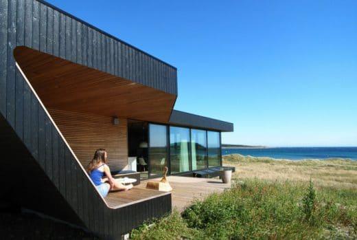 Minihäuser sind oftmals einstöckig oder ebenerdig; dafür punkten sie mit modernen Lofträumen und unschlagbarem Ausblick. (Architekt: Tommie Wilhelmsen; Hytte Lista 2014)